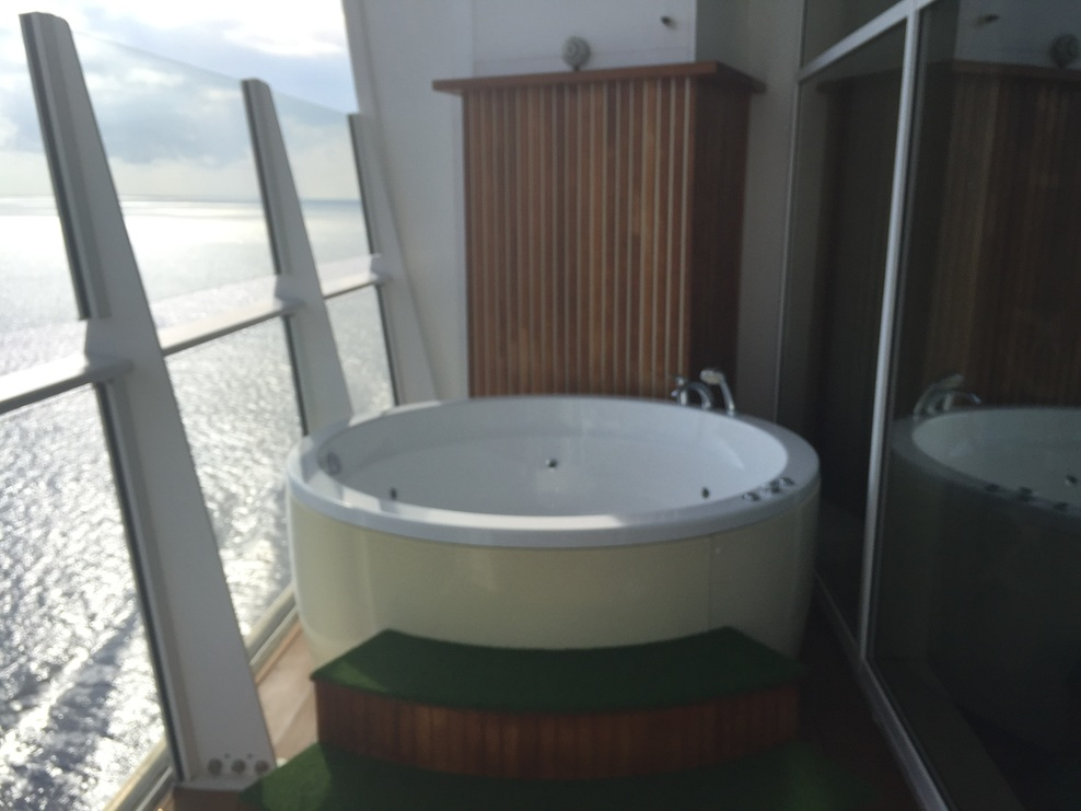 Ship on royal caribbean oasis of the seas cruise ship for Balcony hot tub