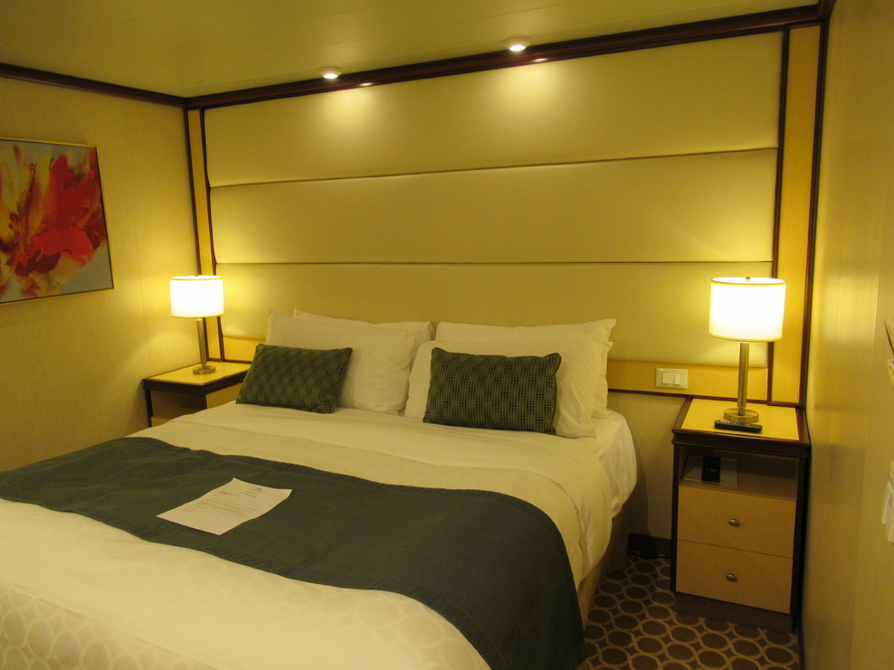 Queen bed layout in Cabin C334