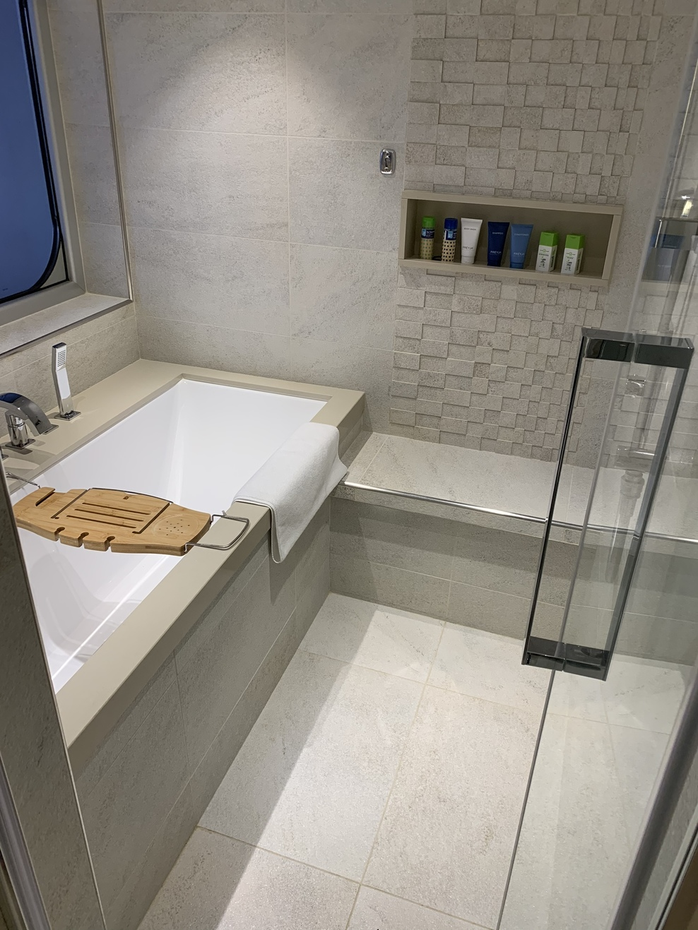 Explores suite tub/shower room